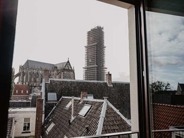 Uitzicht op de domtoren vanuit de hotelkamer